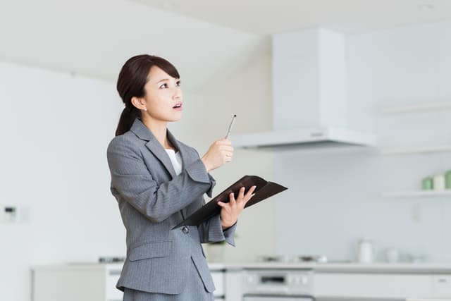 不動産販売会社の女性