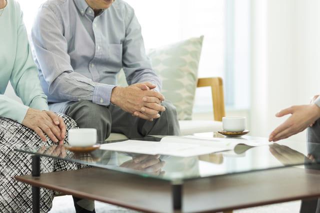打ち合わせをする夫婦と営業