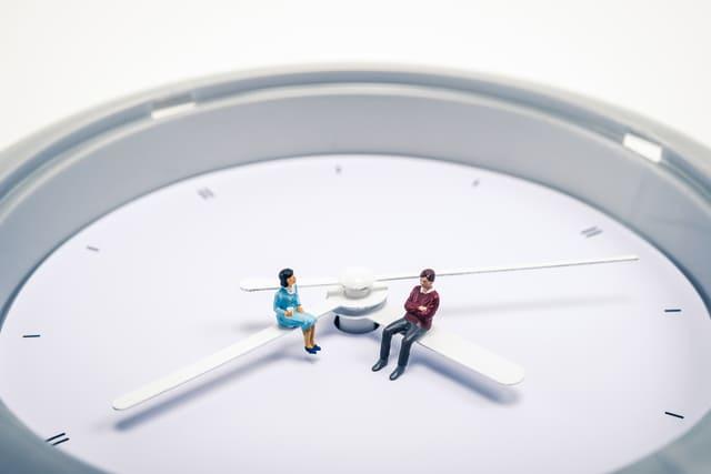時計と男女の人形の模型