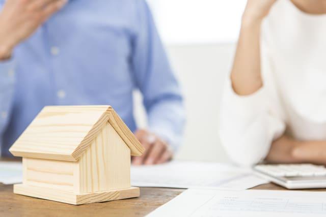 家の模型と夫婦