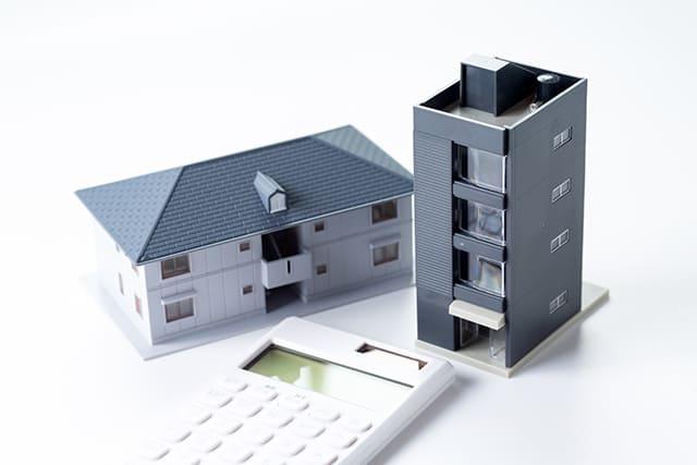 建物の模型と電卓