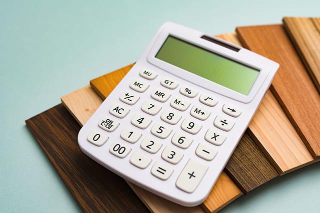 木材の上に置かれた電卓