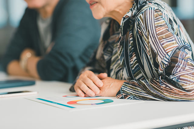 話し合いをする年配の女性