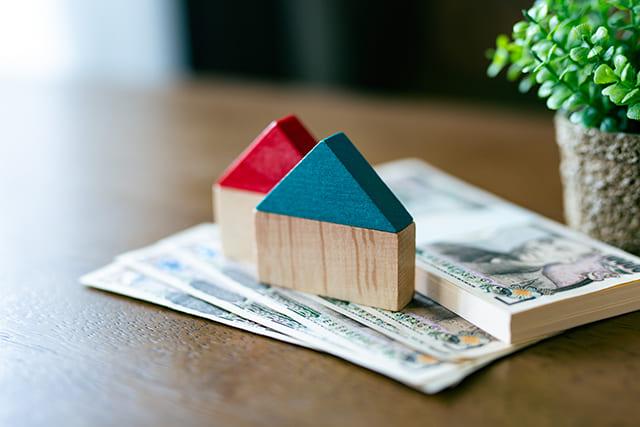 家の模型と現金