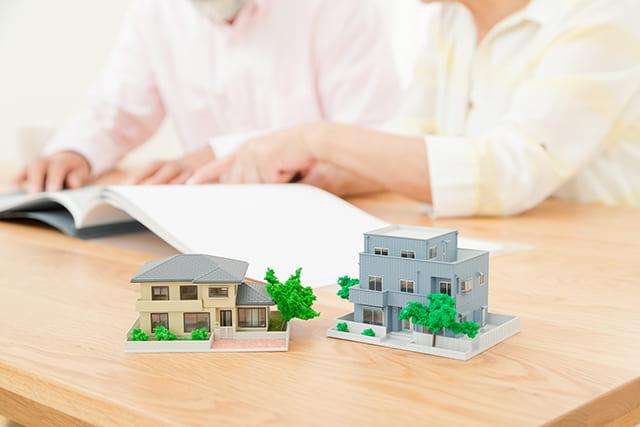 テーブルに置かれた家の模型