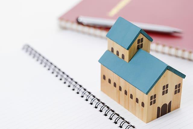 家の模型とノート