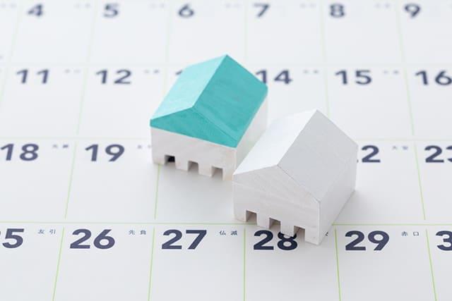 カレンダーと家の模型